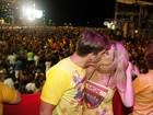 Danielle Winits beija muito no carnaval de Recife
