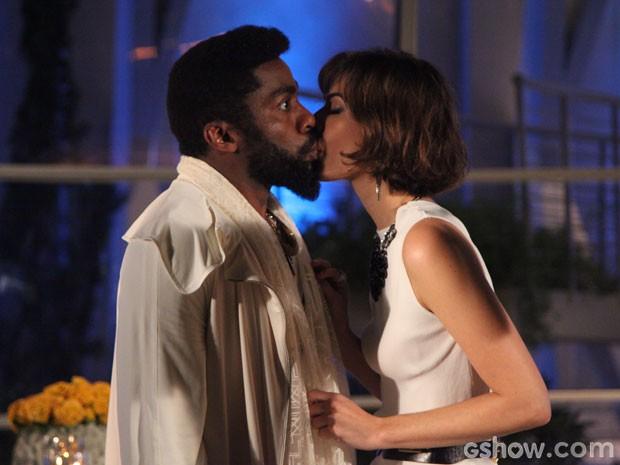 UEPA!!!! Evangelina beija Brian, que fica maluquinho (Foto: Carol Caminha/TV Globo)