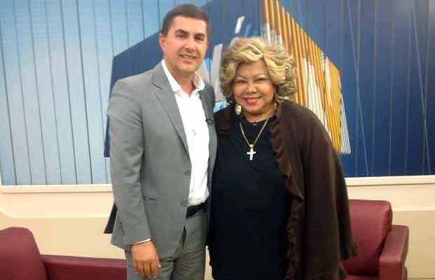 A cantora Alcione posa para foto ao lado do apresentador Jason Goulart (Foto: Reprodução/RPC)