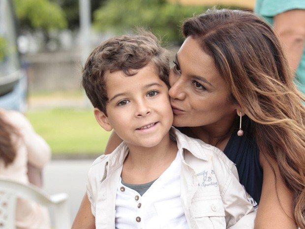 Só chamego! Dira dá um beijo carinho em Luiz  (Foto: Salve Jorge/TV Globo)