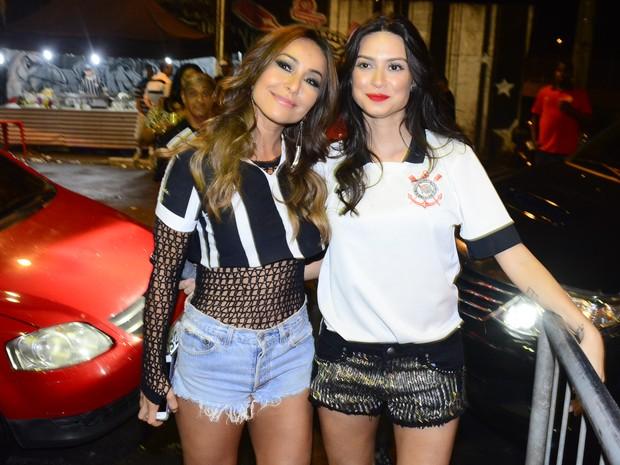 Sabrina Sato e Thaila Ayala na quadra da Gaviões da Fiel em São Paulo (Foto: Leo Franco/ Ag. News)