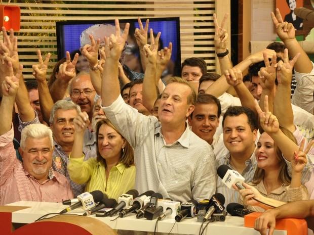 Paulo Garcia (PT) faz 'v' de vitória após apuração de 94% das urnas, em Goiânia (Foto: Adriano Zago/G1)