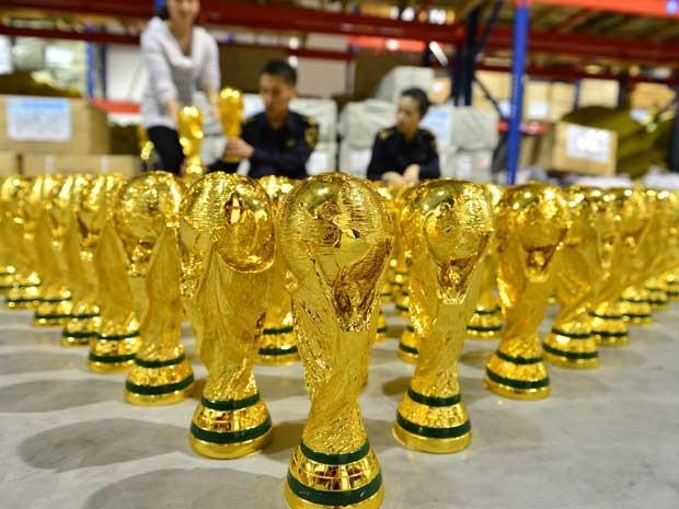 Policiais chineses apreenderam 1020 réplicas da Copa do Mundo da Fifa. A apreensão ocorreu em Yiwu, na província de Zhejiangm, na quarta-feira (16). Não há informações sobre detenções. O mundial de futebol será realizado no Brasil, a partir de junho. (Foto: AFP Photo)