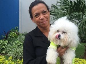Zenilda protege veste o cachorro para protegê-lo do frio em Goiânia, Goiás (Foto: Paula Resende/ G1)