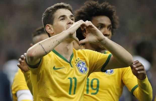 O atacante Oscar, da Seleção Brasileira, comemora gol contra a França em amistoso em Paris (Foto: Francois Mori/AP)