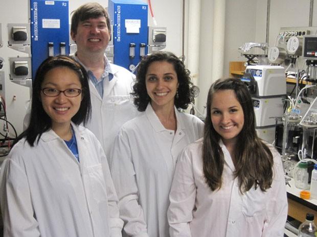 Cláudia Gai e Amanda Bernardi (terceira e quarta, da esq. para a dir.) são duas brasileiras que atuam no MIT em pesquisa de novo biocombustível (Foto: Cláudia Gai/Arquivo Pessoal)