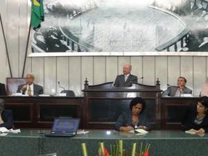 Sessão solene na Assembleia Legislativa de Alagoas com a preseça do ministro Ives Gandra Martins Filho (Foto: Michelle Farias/G1)