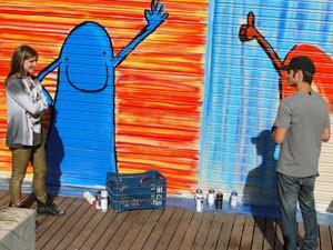 Será que vai ter revival? Lia pede para fazer grafite com Gil. (Foto: Malhação / Tv Globo)