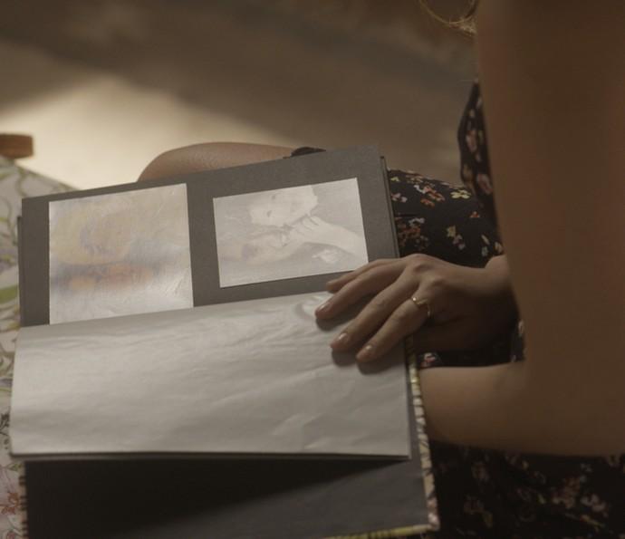 Milena vê álbum de recordações da infância com a mãe (Foto: TV Globo)