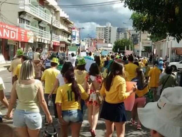 Manifestantes caminham por ruas de Caldas Novas, Goiás (Foto: Arquivo pessoal/ Lúcia Moreno)
