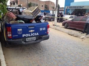 Os suspeitos e o material apreendido foram levados para a delegacia seccional em Belo Jardim (Foto: Thomás Alves/ TV Asa Branca)
