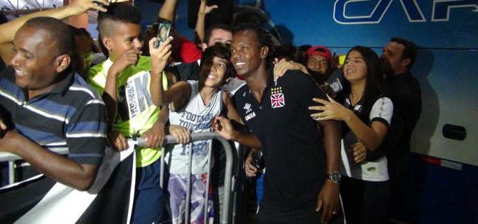 Andrezinho, meia do Vasco, desembarque em Maceió (Foto: Leonardo Freire/GloboEsporte.com)