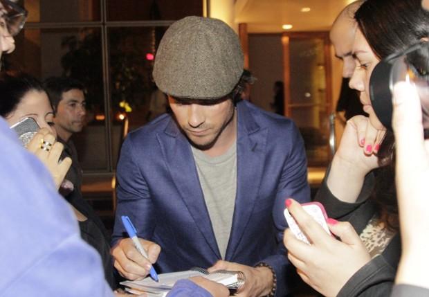 Ian Somerhalder dá autógrafos (Foto: Paduardo/AgNews)