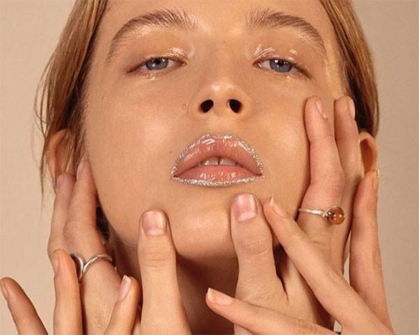 Os lábios contornados com brilho são destaque (Foto: Reprodução/Instagram)