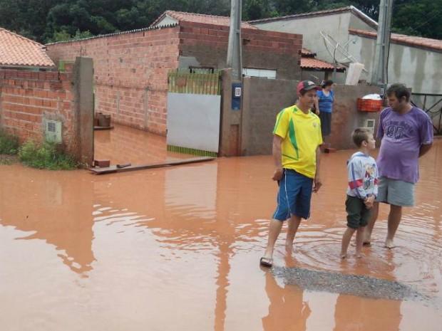 Alagamento no Distrito do Tupi causa transtornos aos moradores (Foto: Carlos Alberto Soares/ TV TEM)