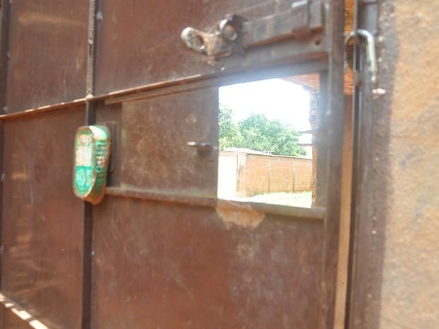Portão da casa em que mulher era mantida em cárcere privado (Foto: Gabriela Pavão/G1 MS)