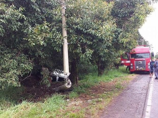 Com o impacto, o poste ficou danificado e o motorista capotou com o veículo (Foto: Divulgação/Luizinho Andretto)
