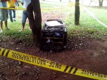 Corpo queimado e com perfurações dentro de sofá (Foto: Polícia Militar/ Divulgação)