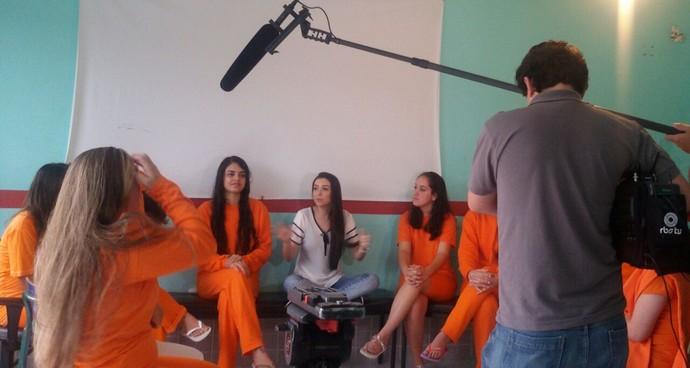 Thalita Meneghim conversou com detentas  (Foto: RBS TV/Divulgação)