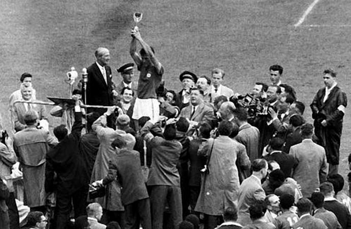 Bellini levanta taça Jules Rimet seleção brasil campeão mundial 1958 (Foto: Agência Estado)