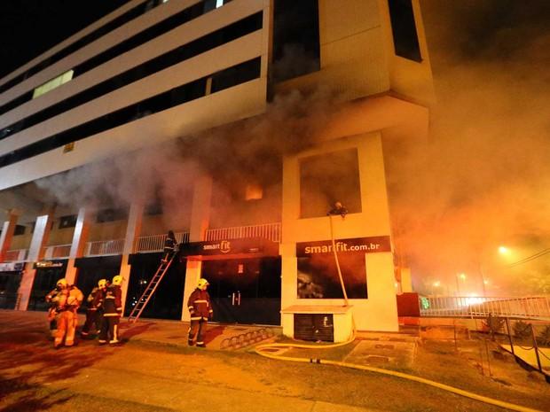 Fumaça atinge prédio no Lago Norte, em Brasília, durante incêndio nesta quarta-feira (21) (Foto: Corpo de Bombeiros DF/Divulgação)