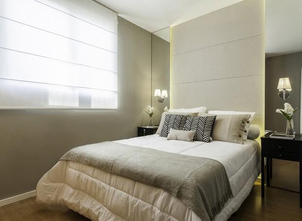 O quarto da moradora ganhou cabeceira desenhada pelo Studio Leandro Neves. Roupa de cama, almofadas e criado-mudo, à venda na Tok&Stok. Luminárias da Só Lustres (Foto: Alessandro Giraldi/Divulgação)