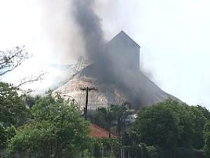 Depósito de açúcar pega fogo em porto seco em Santa Adélia (Foto: Reprodução / TV Tem)