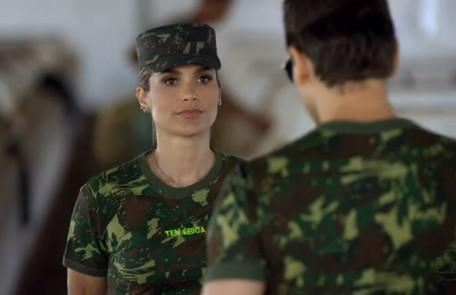 Com uniforme militar, em 'Salve Jorge', novela na qual interpreta a tenente Érica Reprodução