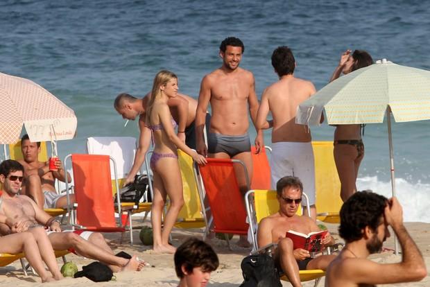 Fred na praia com amigos (Foto: Wallace Barbosa / AgNews)