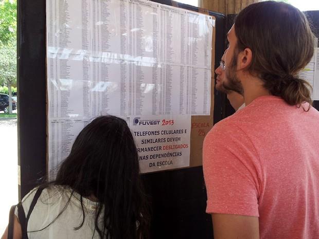 Candidatos conferem salas de prova disponível em edital no Colégio Liceu Nossa Senhora Auxiliadora em Campinas (Foto: Fernando Pacífico/ G1 Campinas)