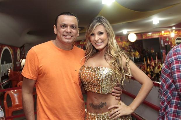 Cantor Frank Aguiar e Andressa Urach no ensaio da escola de samba Tom Maior em São Paulo (Foto: Leo Franco/ Ag. News)