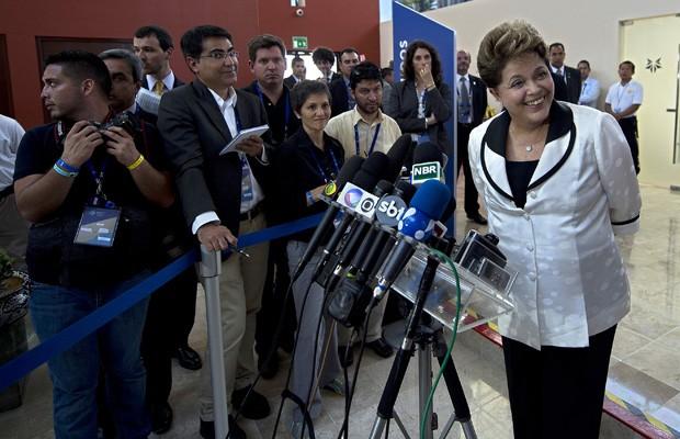 A presidente Dilma Rousseff durante entrevista no México após participar de evento do G20 (Foto: Yuri Cortez / AFP)