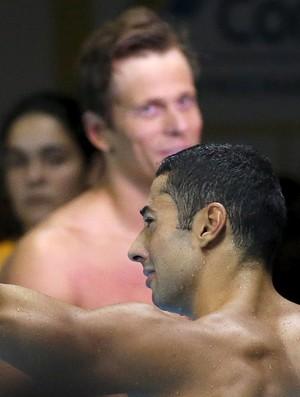 Ítalo comemora a classificação para os Jogos do Rio com Cielo ao fundo (Foto: Reuters)