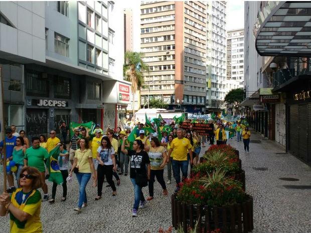Manifestantes são contra o governo federal  (Foto: Ana Zimmerman / RPC )