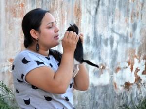 Suelen Penafort conhece nome dos quase 70 gatos que tem em casa (Foto: Fabiana Figueiredo/G1)