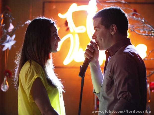Rodrigo chama Amaralina ao palco e faz o tão esperado pedido (Foto: Flor do Caribe/TV Globo)
