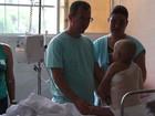 Criança que passou por transplante de pele tem alta e passa natal em casa