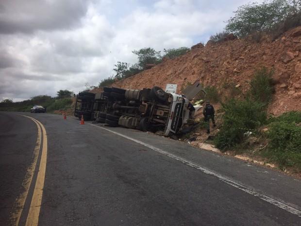 Caminhão capotou e vítimas ficaram presas embaixo de veículo (Foto: Divulgação/ PRF)