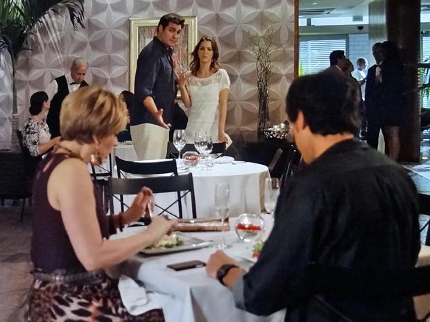 Marcos e Laura observam Samantha e Caíque em jantar romântico (Foto: Gshow)