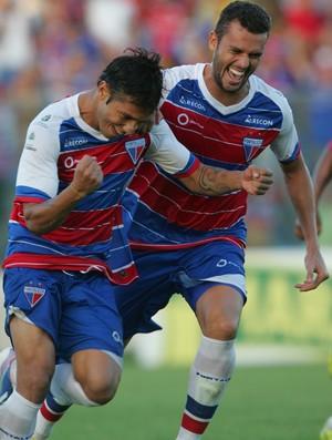 Assisinho comemora gol da vitória do Fortaleza contra o Treze (Foto: Lucas de Menezes/Agência Diário)