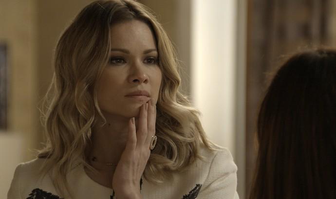 Jéssica leva tapa de Shirlei (Foto: TV Globo)