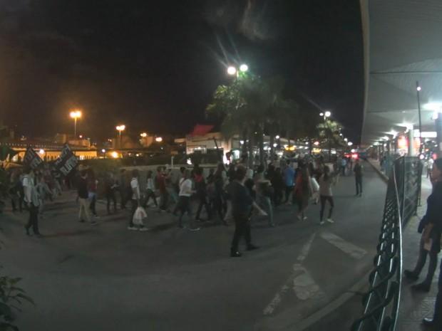 Manifestantes caminharam nas pistas do Ticen (Foto: Reprodução/RBS TV)