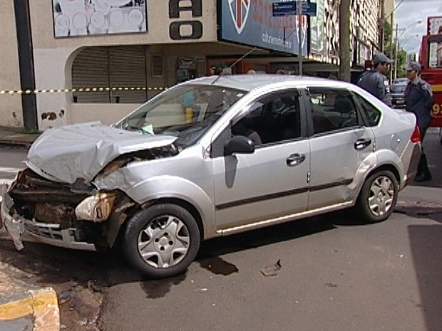 Acidente entre veículos deixa três feridos no Centro de Uberaba (Foto: Reprodução/TV Integração)