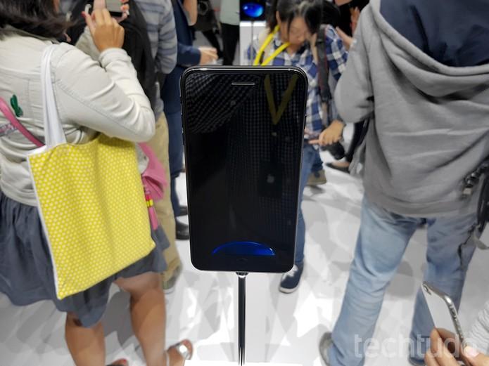 Também chamado de Jet Black, acabamento em preto brilhante incomoda por causa das marcas de dedos (Foto: Thássius Veloso/TechTudo)