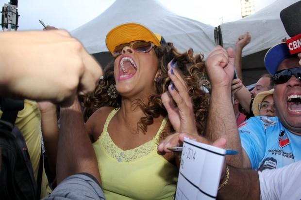 Juliana Alves comemora vitória da Unidos da Tijuca (Foto: Alex Palarea / AgNews)