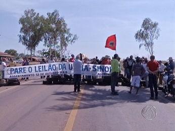 Manifestantes bloquearam trecho da BR-163. (Foto: Reprodução/TVCA)