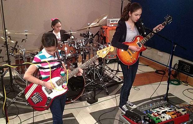 Graças ao sucesso na web, meninas conseguiram arrecadar o dinheiro necessário para estudar música em Boston. (Foto: thewarningband.com)