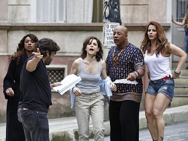 O diretor dirige a cena em que Cora finge ser atacada por Robertão (Foto: Inácio Moraes / TV Globo)