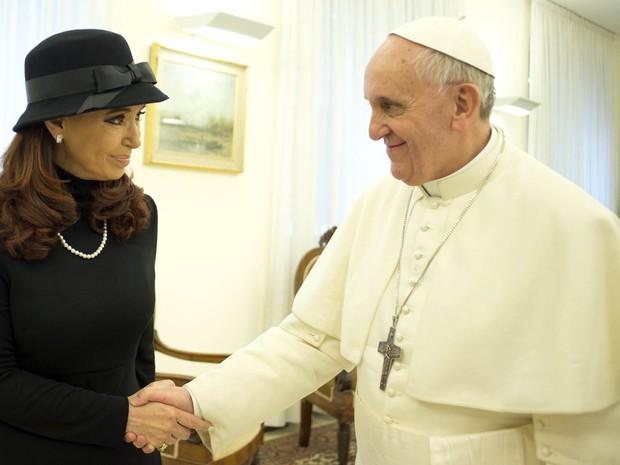 A presidente argentina, Cristina Kirchner aperta a mão do Papa Francisco durante uma reunião privada no Vaticano. (Foto: Osservatore Romano/Reuters)