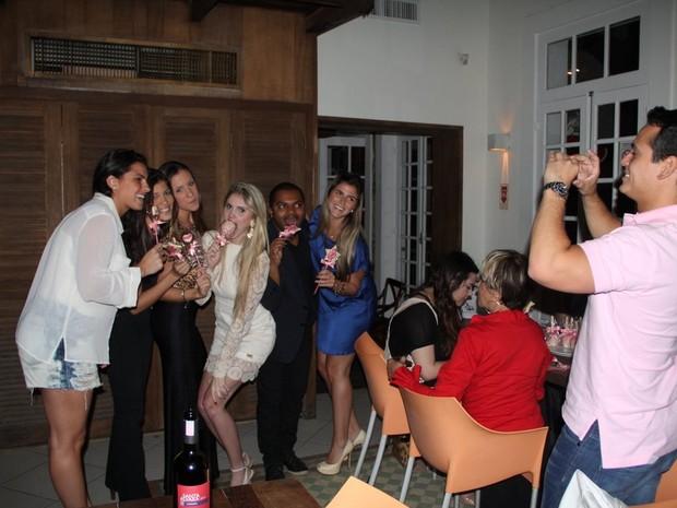 Leonardo Conrado tira foto de Bárbara Evans e amigas (Foto: Rodrigo dos Anjos/ Ag. News)